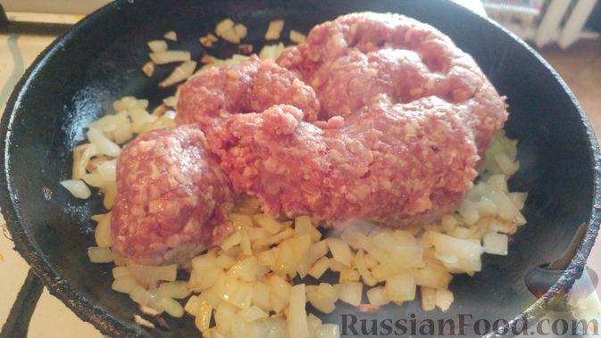Фото приготовления рецепта: Запечённые кабачки-лодочки с мясным фаршем, помидорами и сыром - шаг №8