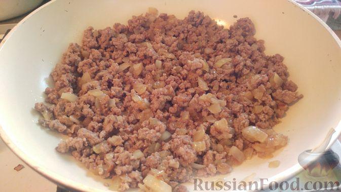 Фото приготовления рецепта: Запечённые кабачки-лодочки с мясным фаршем, помидорами и сыром - шаг №10