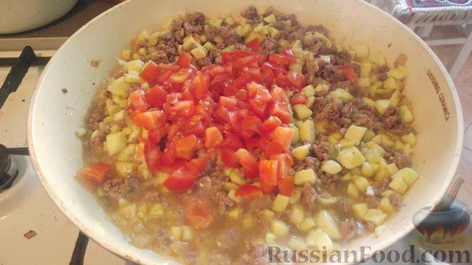 Фото приготовления рецепта: Запечённые кабачки-лодочки с мясным фаршем, помидорами и сыром - шаг №12