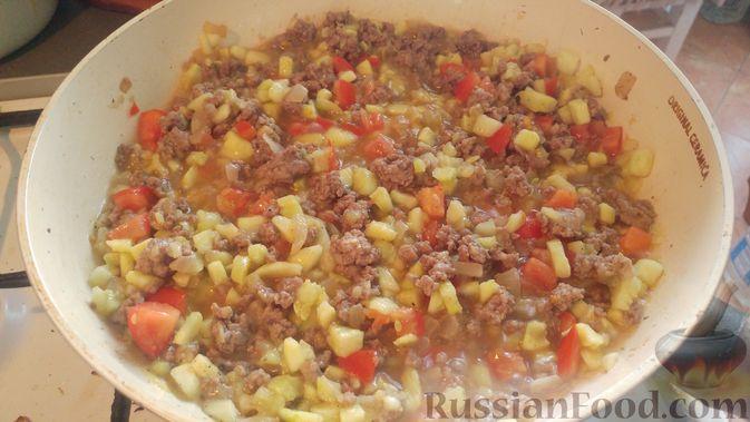 Фото приготовления рецепта: Запечённые кабачки-лодочки с мясным фаршем, помидорами и сыром - шаг №13