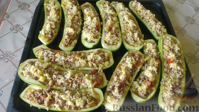 Фото приготовления рецепта: Запечённые кабачки-лодочки с мясным фаршем, помидорами и сыром - шаг №16
