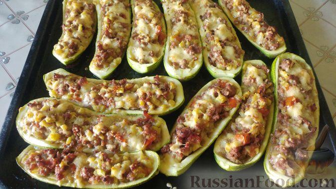 Фото приготовления рецепта: Запечённые кабачки-лодочки с мясным фаршем, помидорами и сыром - шаг №17