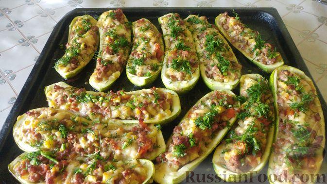 Фото приготовления рецепта: Запечённые кабачки-лодочки с мясным фаршем, помидорами и сыром - шаг №19
