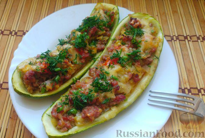 Фото к рецепту: Запечённые кабачки-лодочки с мясным фаршем, помидорами и сыром
