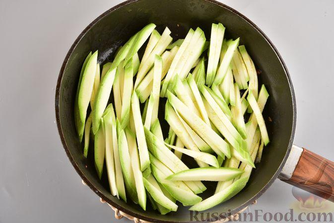 Фото приготовления рецепта: Фунчоза с кабачком и курицей в соевом соусе - шаг №10