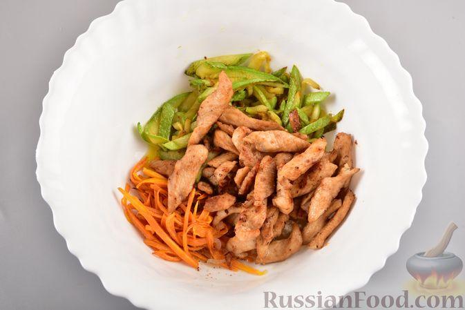 Фото приготовления рецепта: Фунчоза с кабачком и курицей в соевом соусе - шаг №14