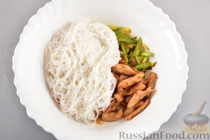 Фото приготовления рецепта: Фунчоза с кабачком и курицей в соевом соусе - шаг №15