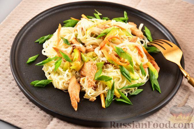 Фото приготовления рецепта: Фунчоза с кабачком и курицей в соевом соусе - шаг №18