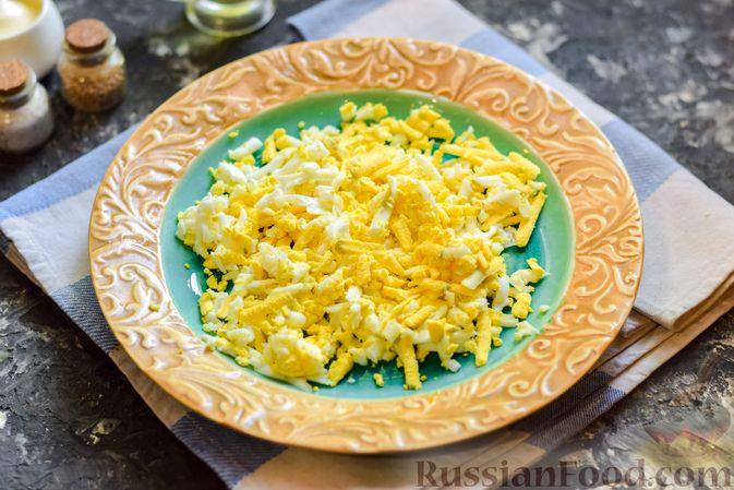 Фото приготовления рецепта: Слоёный салат с копчёной курицей, ананасами, жареными шампиньонами и сыром - шаг №3