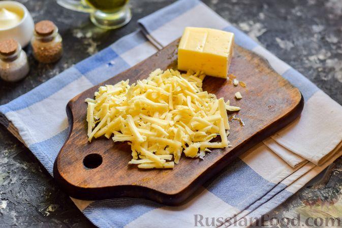 Фото приготовления рецепта: Слоёный салат с копчёной курицей, ананасами, жареными шампиньонами и сыром - шаг №4