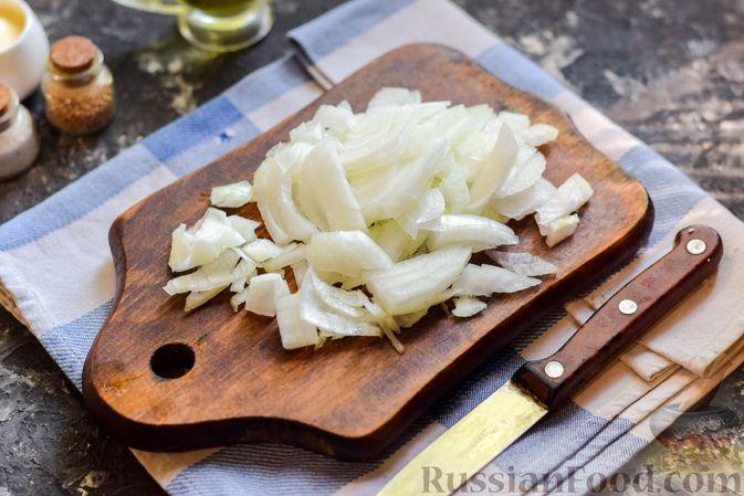 Фото приготовления рецепта: Слоёный салат с копчёной курицей, ананасами, жареными шампиньонами и сыром - шаг №5