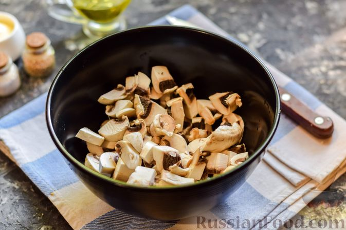 Фото приготовления рецепта: Слоёный салат с копчёной курицей, ананасами, жареными шампиньонами и сыром - шаг №6