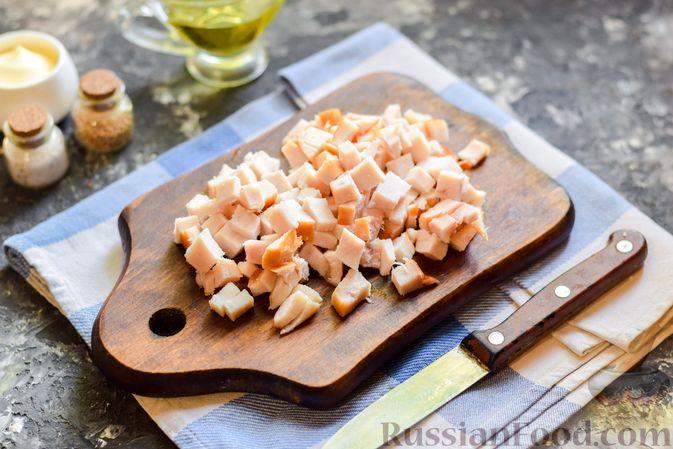 Фото приготовления рецепта: Слоёный салат с копчёной курицей, ананасами, жареными шампиньонами и сыром - шаг №8
