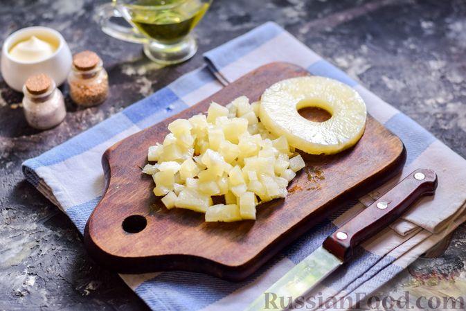 Фото приготовления рецепта: Слоёный салат с копчёной курицей, ананасами, жареными шампиньонами и сыром - шаг №9