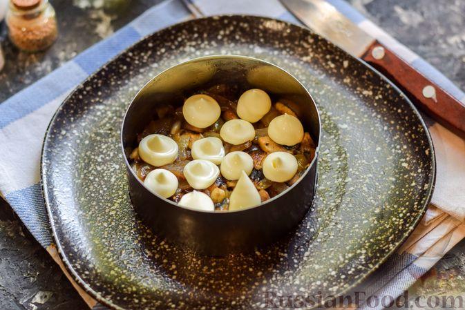 Фото приготовления рецепта: Слоёный салат с копчёной курицей, ананасами, жареными шампиньонами и сыром - шаг №10