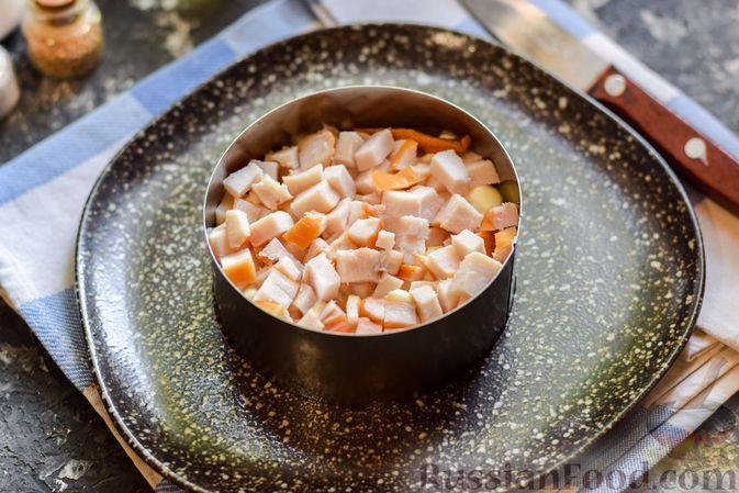 Фото приготовления рецепта: Слоёный салат с копчёной курицей, ананасами, жареными шампиньонами и сыром - шаг №11