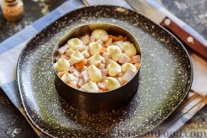 Фото приготовления рецепта: Слоёный салат с копчёной курицей, ананасами, жареными шампиньонами и сыром - шаг №12
