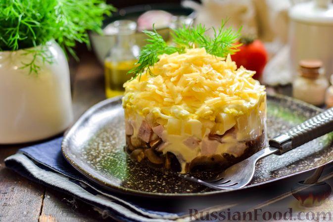 Фото приготовления рецепта: Слоёный салат с копчёной курицей, ананасами, жареными шампиньонами и сыром - шаг №17