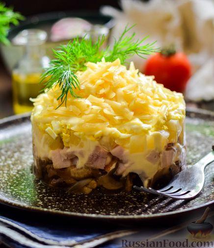 Фото приготовления рецепта: Слоёный салат с копчёной курицей, ананасами, жареными шампиньонами и сыром - шаг №18