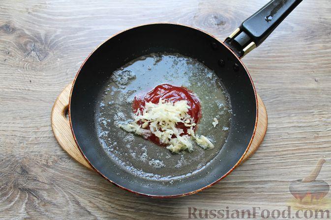 Фото приготовления рецепта: Мясные рулетики с чесночно-томатной начинкой (в духовке) - шаг №4