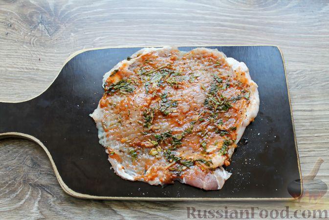 Фото приготовления рецепта: Мясные рулетики с чесночно-томатной начинкой (в духовке) - шаг №8