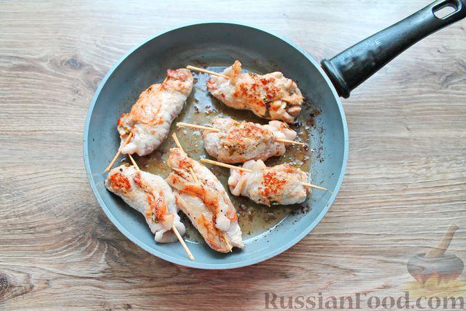 Фото приготовления рецепта: Мясные рулетики с чесночно-томатной начинкой (в духовке) - шаг №10