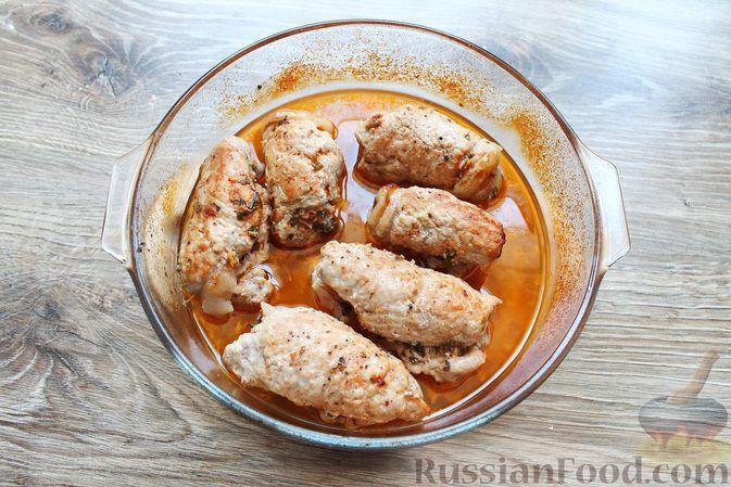 Фото приготовления рецепта: Мясные рулетики с чесночно-томатной начинкой (в духовке) - шаг №13