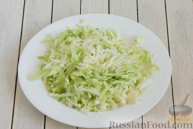 Фото приготовления рецепта: Суп с капустой, сельдереем, сладким перцем и помидором - шаг №3