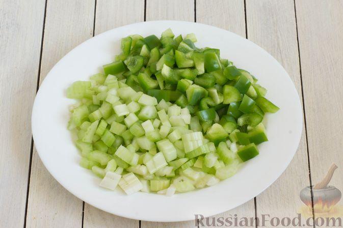 Фото приготовления рецепта: Суп с капустой, сельдереем, сладким перцем и помидором - шаг №4