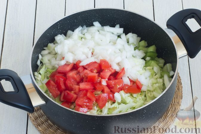 Фото приготовления рецепта: Суп с капустой, сельдереем, сладким перцем и помидором - шаг №5