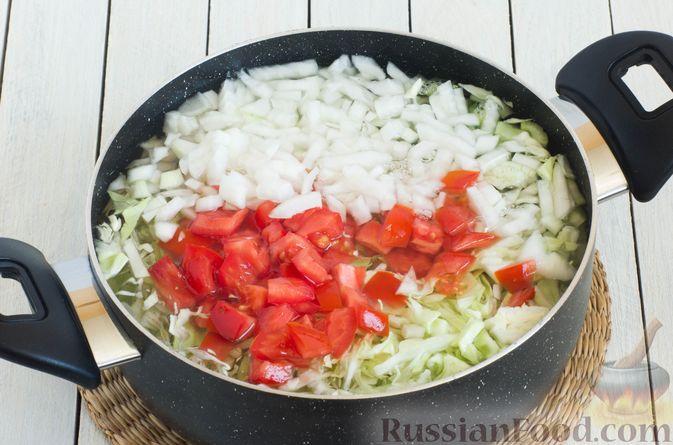 Фото приготовления рецепта: Суп с капустой, сельдереем, сладким перцем и помидором - шаг №6