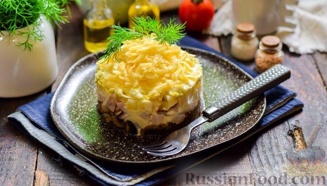 Фото к рецепту: Слоёный салат с копчёной курицей, ананасами, жареными шампиньонами и сыром