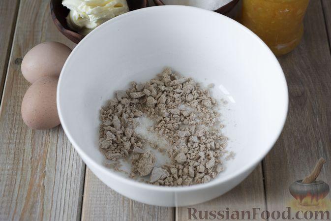Фото приготовления рецепта: Дрожжевые рогалики с повидлом - шаг №2