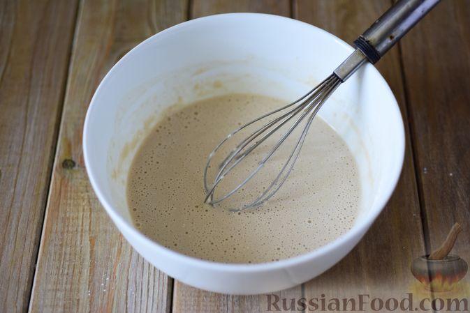 Фото приготовления рецепта: Дрожжевые рогалики с повидлом - шаг №4