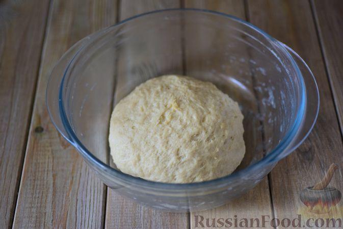 Фото приготовления рецепта: Дрожжевые рогалики с повидлом - шаг №10