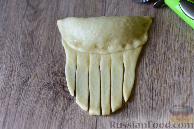 Фото приготовления рецепта: Дрожжевые рогалики с повидлом - шаг №15