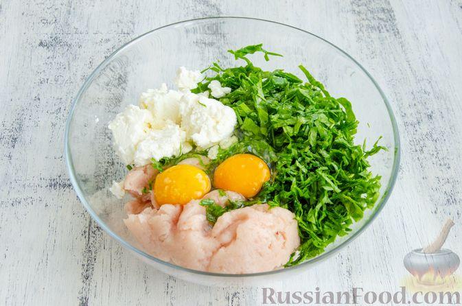 Фото приготовления рецепта: Куриные котлеты с творогом и шпинатом, в духовке - шаг №3