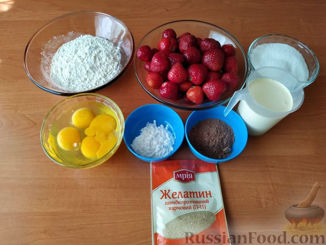 Фото приготовления рецепта: Бисквитный рулет с клубнично-сливочным кремом - шаг №1