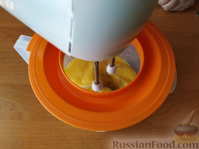 Фото приготовления рецепта: Бисквитный рулет с клубнично-сливочным кремом - шаг №3