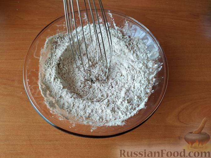 Фото приготовления рецепта: Бисквитный рулет с клубнично-сливочным кремом - шаг №4