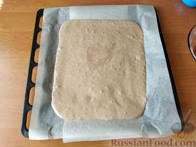 Фото приготовления рецепта: Бисквитный рулет с клубнично-сливочным кремом - шаг №6