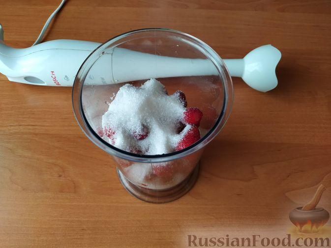 Фото приготовления рецепта: Бисквитный рулет с клубнично-сливочным кремом - шаг №7