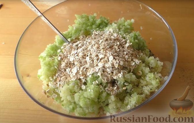 Фото приготовления рецепта: Жареные куриные котлеты с капустой и овсянкой - шаг №4