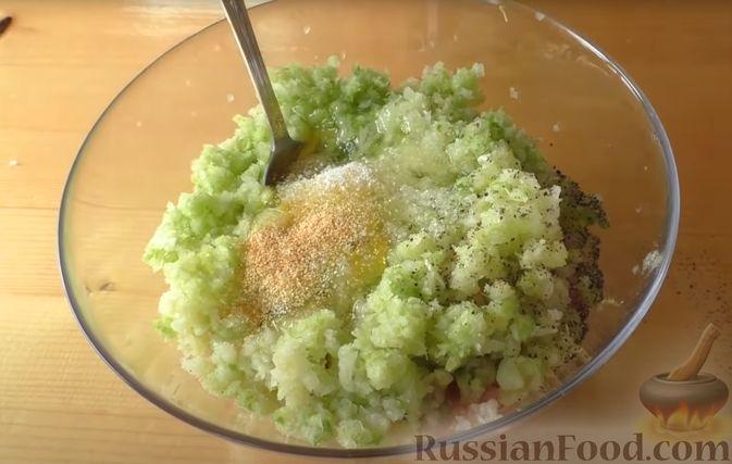 Фото приготовления рецепта: Жареные куриные котлеты с капустой и овсянкой - шаг №3