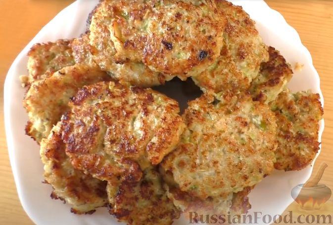 Фото приготовления рецепта: Жареные куриные котлеты с капустой и овсянкой - шаг №6