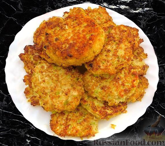 Фото к рецепту: Жареные куриные котлеты с капустой и овсянкой