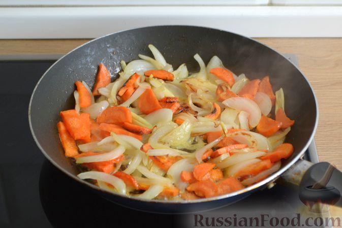 Фото приготовления рецепта: Говядина, тушенная с молодой картошкой - шаг №4