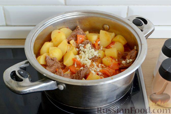 Фото приготовления рецепта: Говядина, тушенная с молодой картошкой - шаг №13
