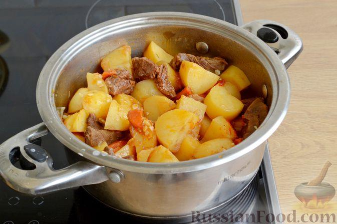 Фото приготовления рецепта: Говядина, тушенная с молодой картошкой - шаг №14