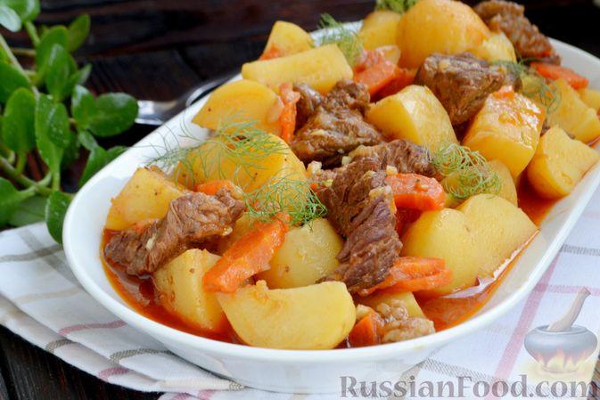 Фото приготовления рецепта: Говядина, тушенная с молодой картошкой - шаг №15